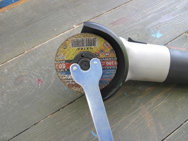 Крепёж кругов на болгарке осуществляется при помощи поворотной гайки.